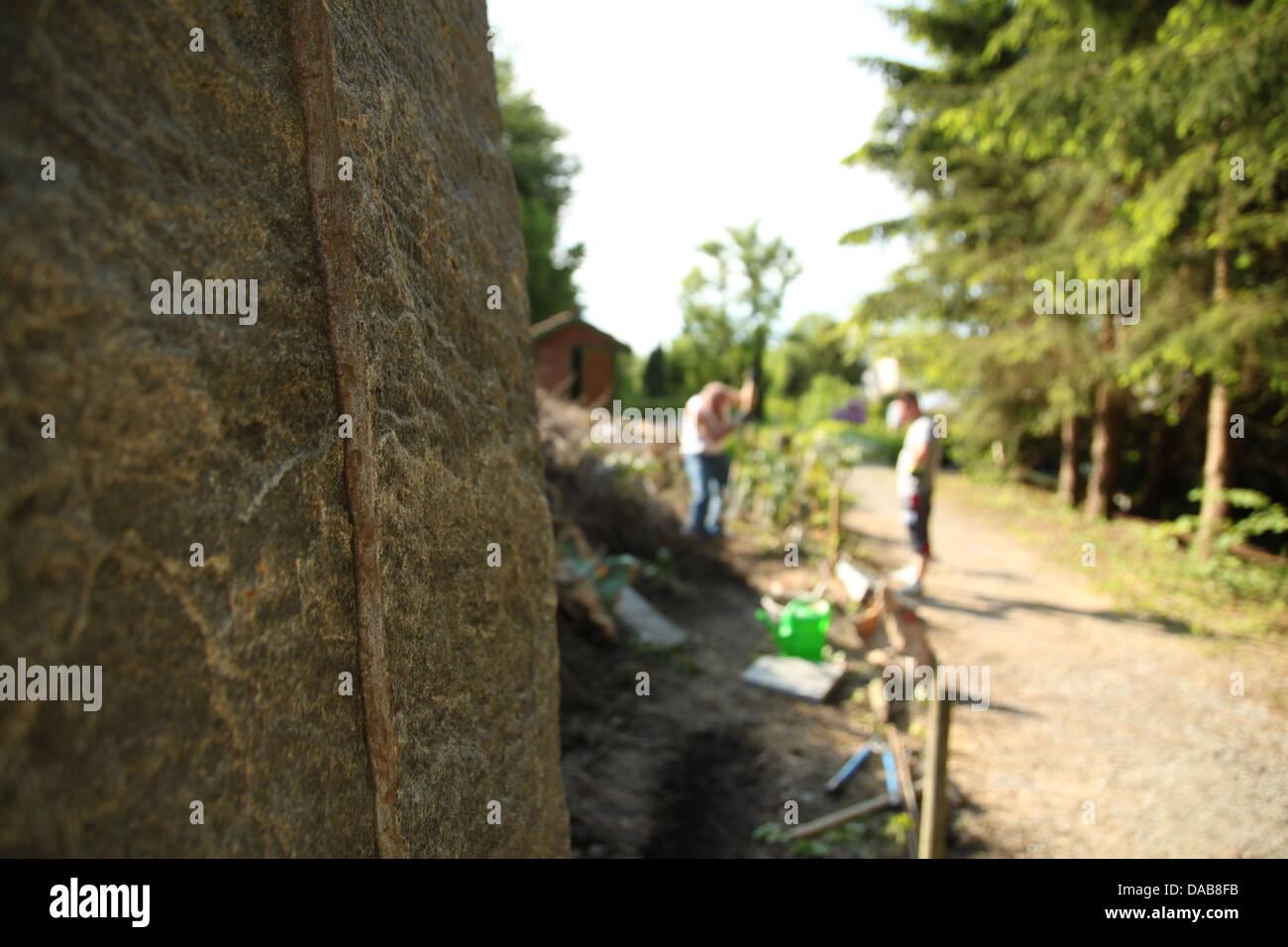 Zwei Manner Arbeiten Des Garten Und Grenze Zaun Mit Vertikalen