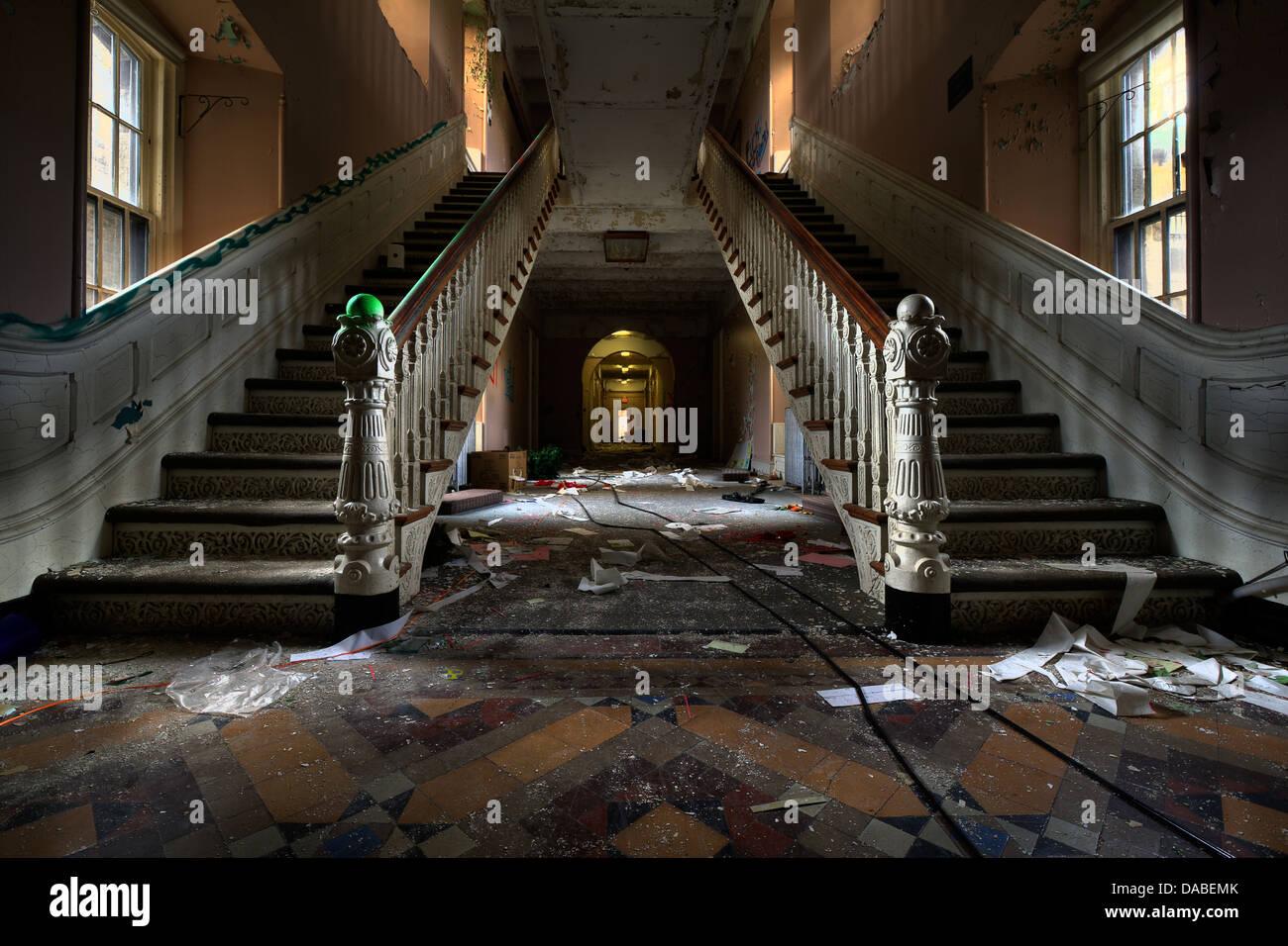 Haupteingang Treppe im Inneren der verlassenen Greystone psychiatrischen Klinik Stockbild