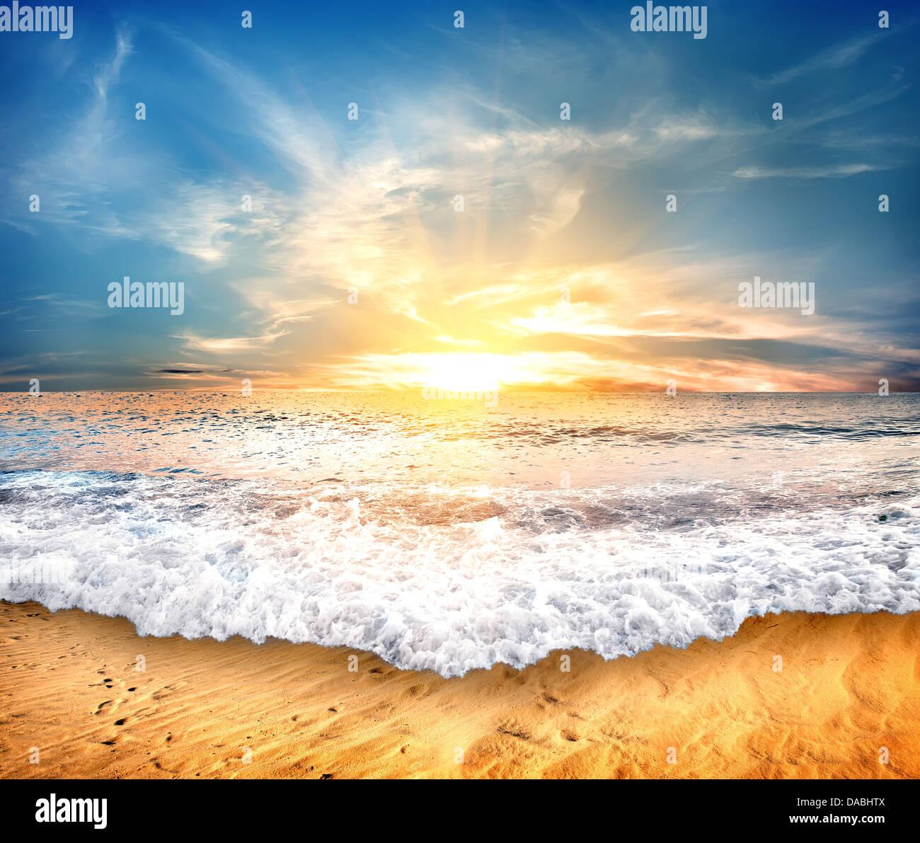 Tropischen gelben Sandstrand und blauer Himmel Stockbild