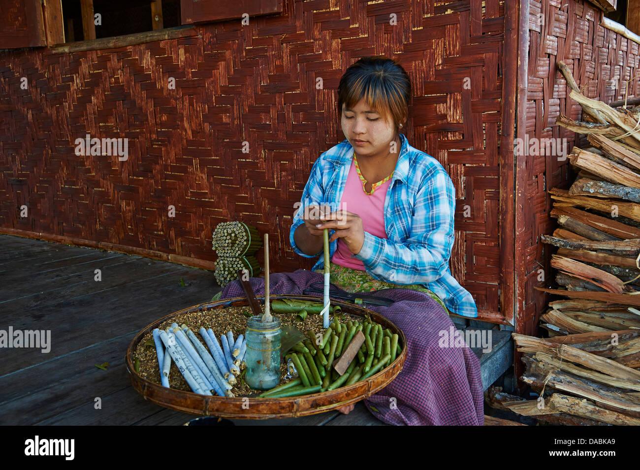 Burmesische Frau machen Zigarren, Nampan Dorf, Inle-See, Shan State in Myanmar (Burma), Asien Stockbild