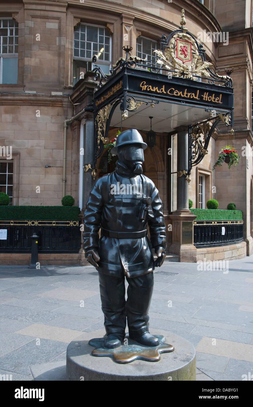 Die Bürger Firefighter-Statue (2001) vor dem Hauptbahnhof Glasgow Schottland Großbritannien UK Europe Stockbild