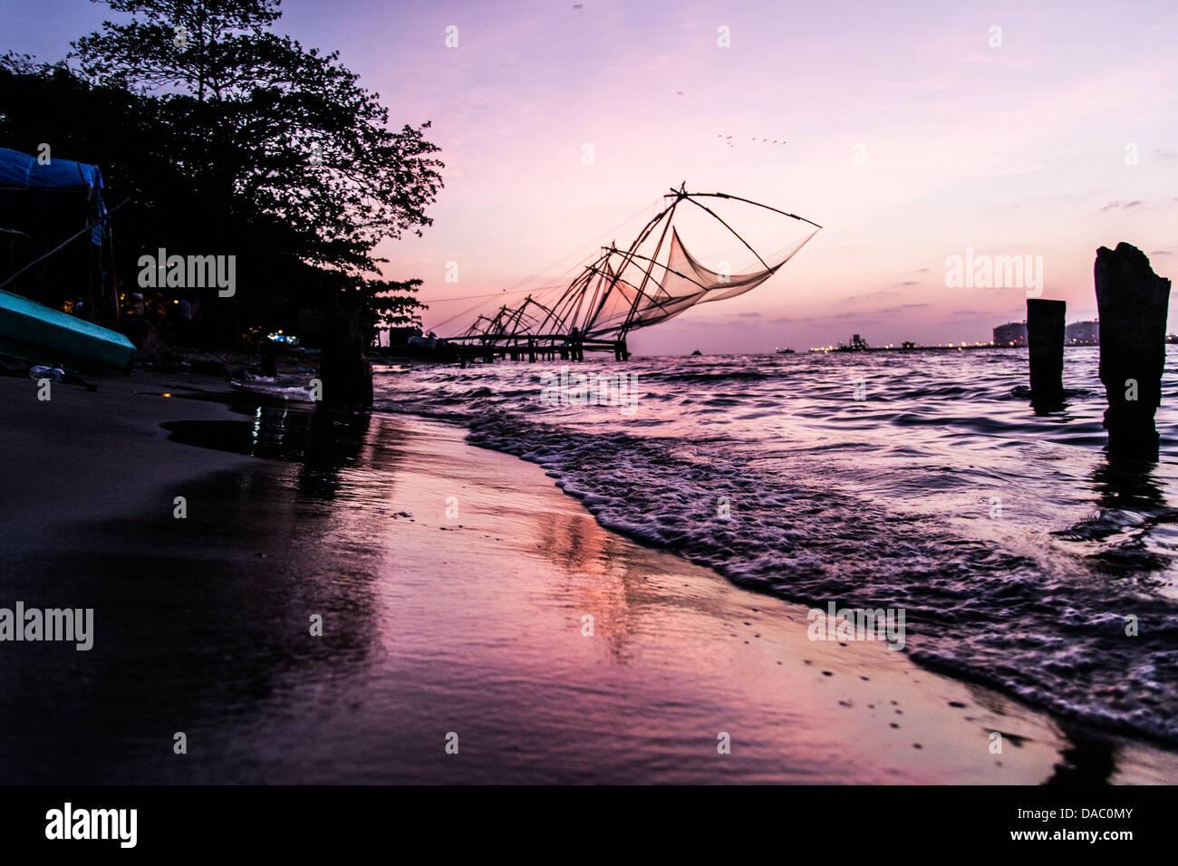 Traditionellen chinesischen Fischernetze, Kochi, Kerala, Indien Stockbild