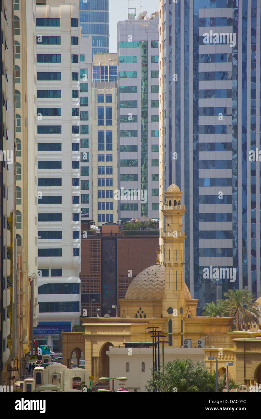 Moschee und zeitgenössischer Architektur, Abu Dhabi, Vereinigte Arabische Emirate, Naher Osten Stockbild
