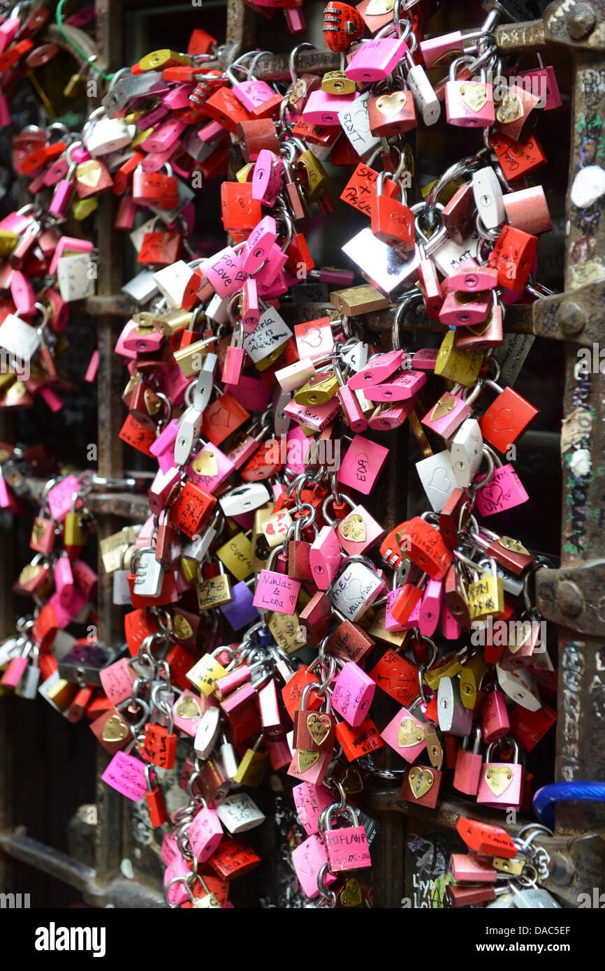 Liebesschlösser an Julias Haus Verona Italien Stockbild