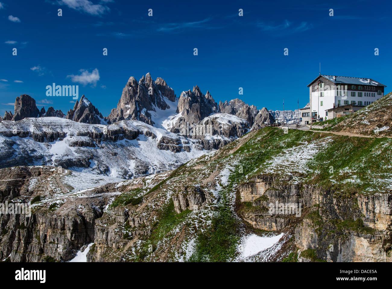 panoramablick ber die berggruppe sorapis und rifugio auronzo h tte dolomiten veneto italien. Black Bedroom Furniture Sets. Home Design Ideas