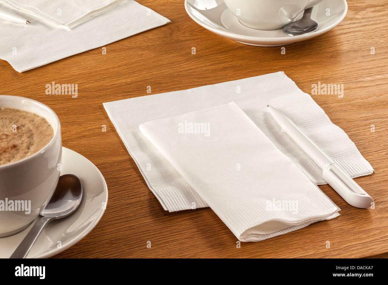 Serviette und Pen - Serviette oder Serviette und Stift auf Tisch, bereit sind, Ihre neueste großartige Idee Stockbild