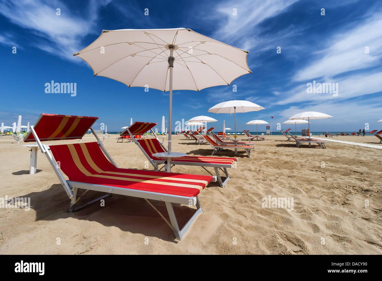 sonnenschirme und sonnenliegen in rimini und riccione strand italien stockfoto bild 58062508. Black Bedroom Furniture Sets. Home Design Ideas