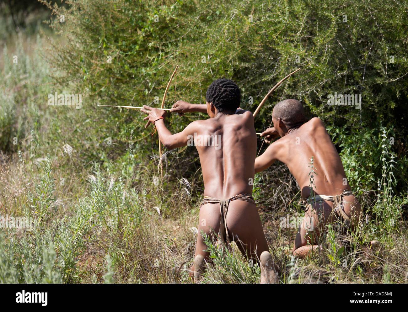 San (Buschmänner) demonstrieren traditionelle Jagdtechnik bei Okahandja Cultural Village, nahe der Stadt Okahandja, Stockbild
