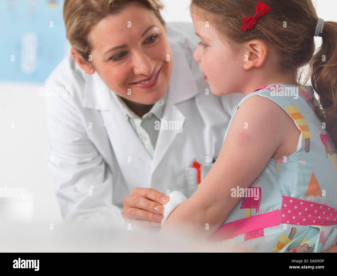Pädiatrische Arzt Pflege für ein kleines Mädchen in der Chirurgie Stockbild