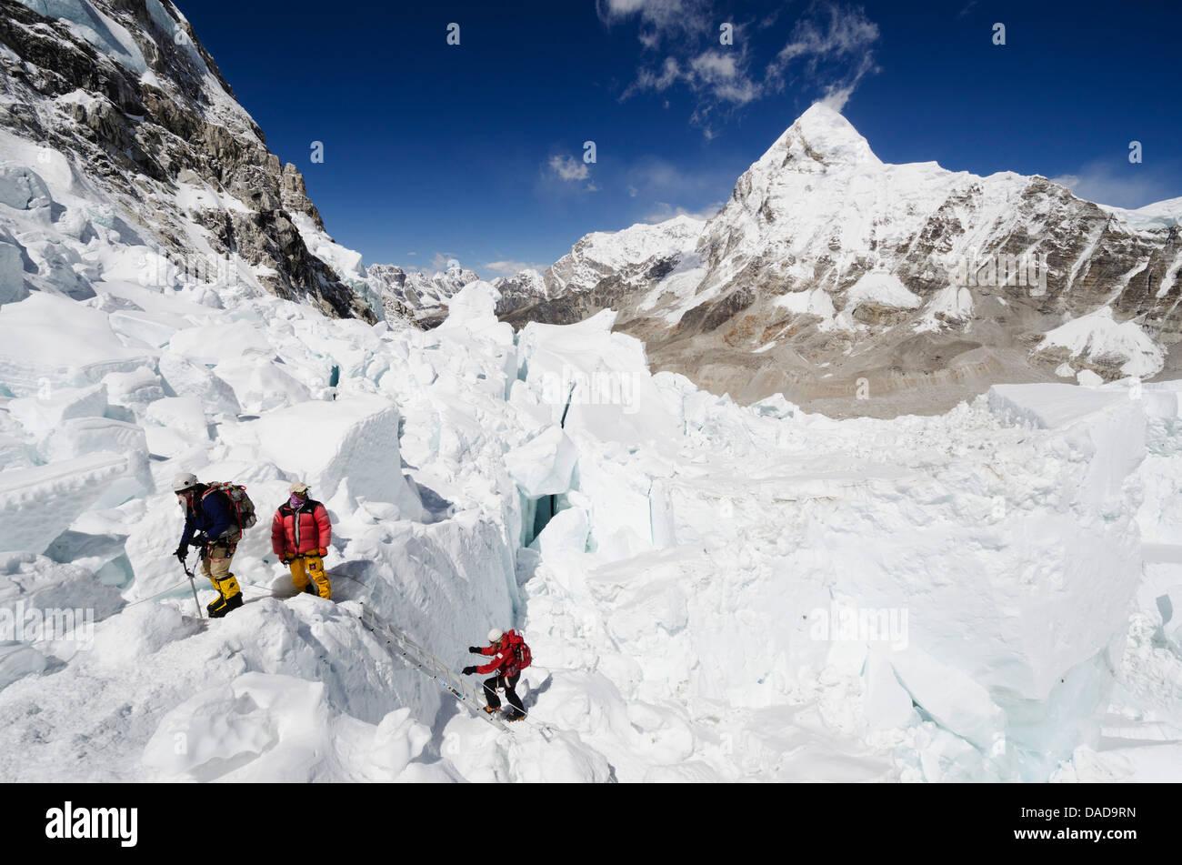 Kletterer im Khumbu-Eisbruch, Mount Everest, Solu Khumbu-Everest-Region, Sagarmatha Nationalpark, UNESCO Website, Stockbild