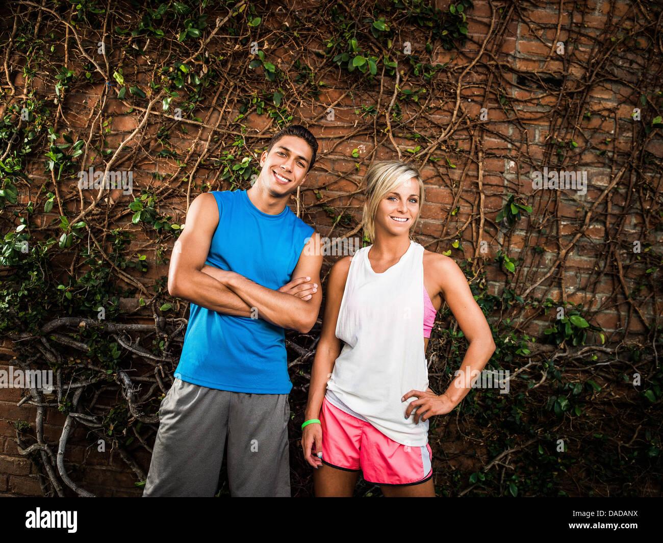 Junger Mann und Frau bereit für Übung Stockbild