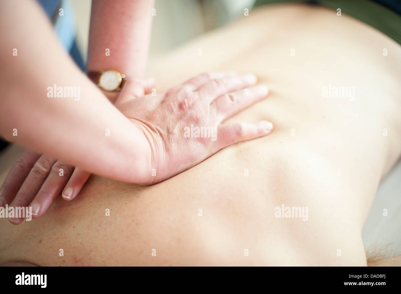 Nahaufnahme von Rückenmassage Stockbild
