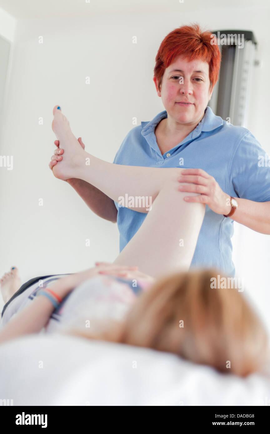 Frau mit Physio-Behandlung Stockbild