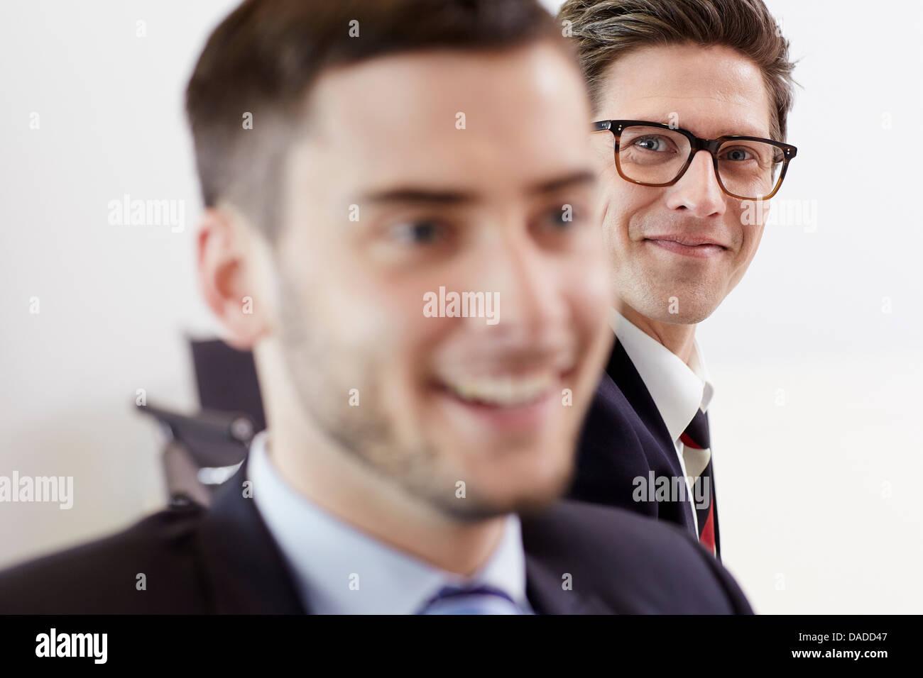 Kopfschuss von Geschäftsleuten, die lächelnd Stockbild
