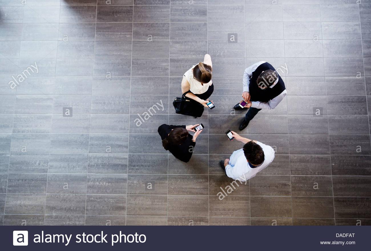 Vier Leute mit Handy Stockbild