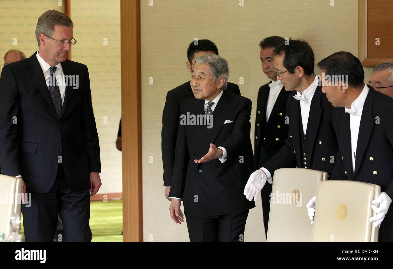Bundespräsident Christian Wulff (l) Wird bin Montag (24.10.2011) in Tokio in Japan Vom Japanischen Kaiser Akihito Stockbild