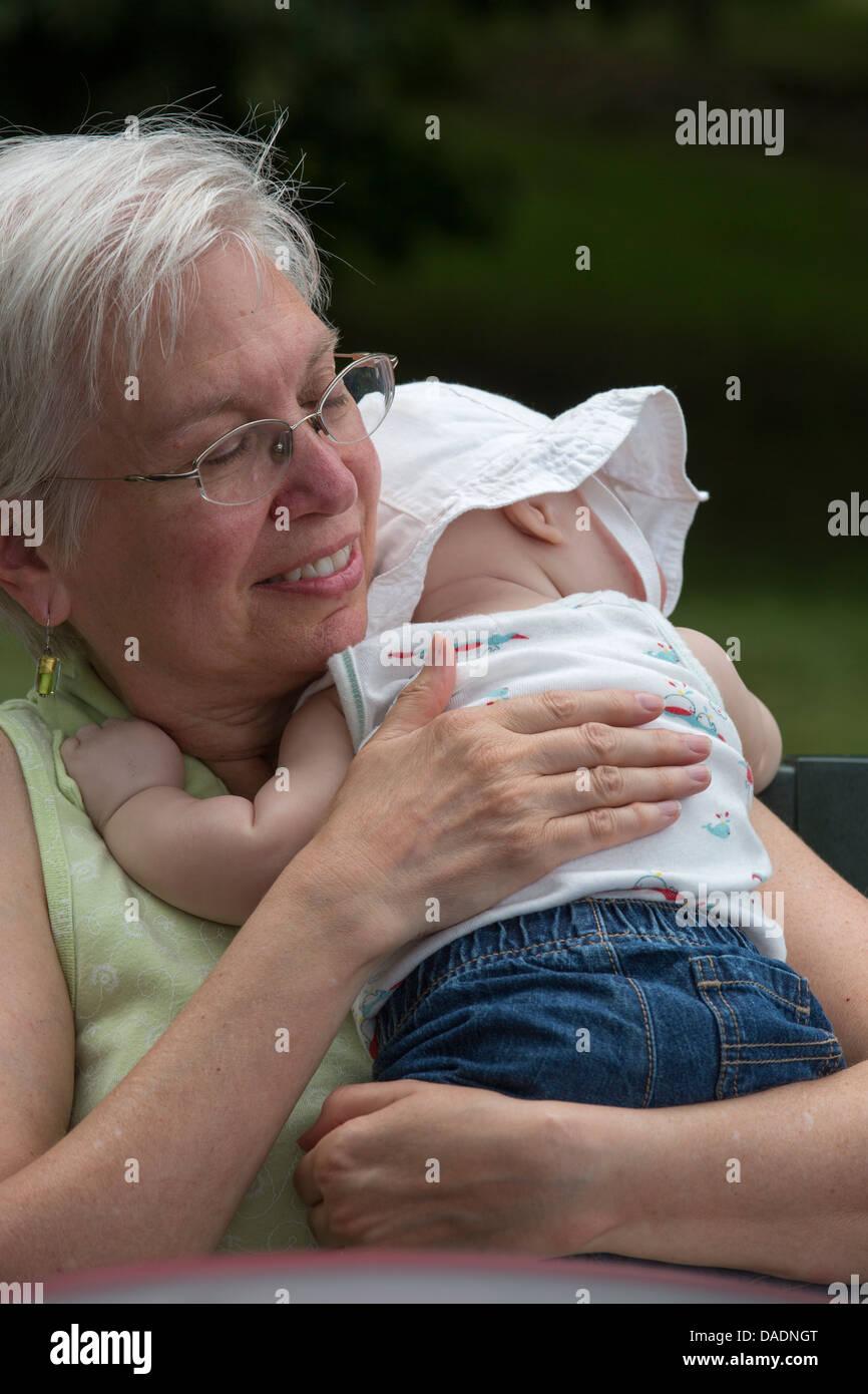 Lexington, Michigan - Susan Newell, 64, hat ein Freund schlafendes Baby. Stockbild