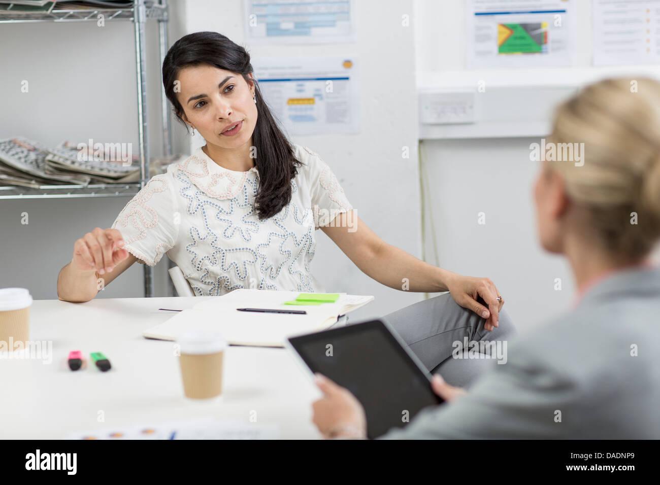 Unternehmerinnen im Gespräch im Tagungsraum Stockbild