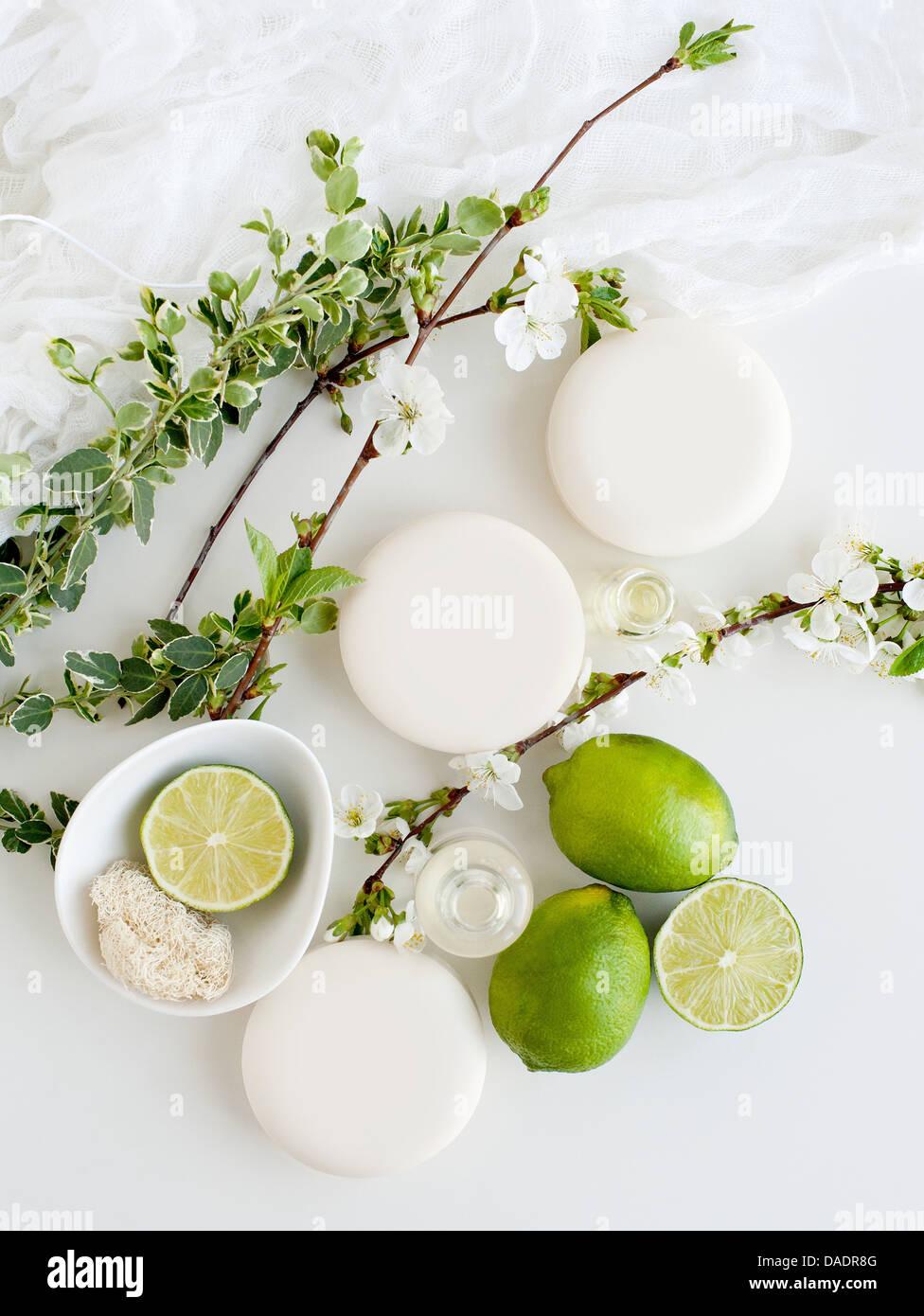 Aromatische Stillleben mit Seifen, Blüte und Kalk Stockbild