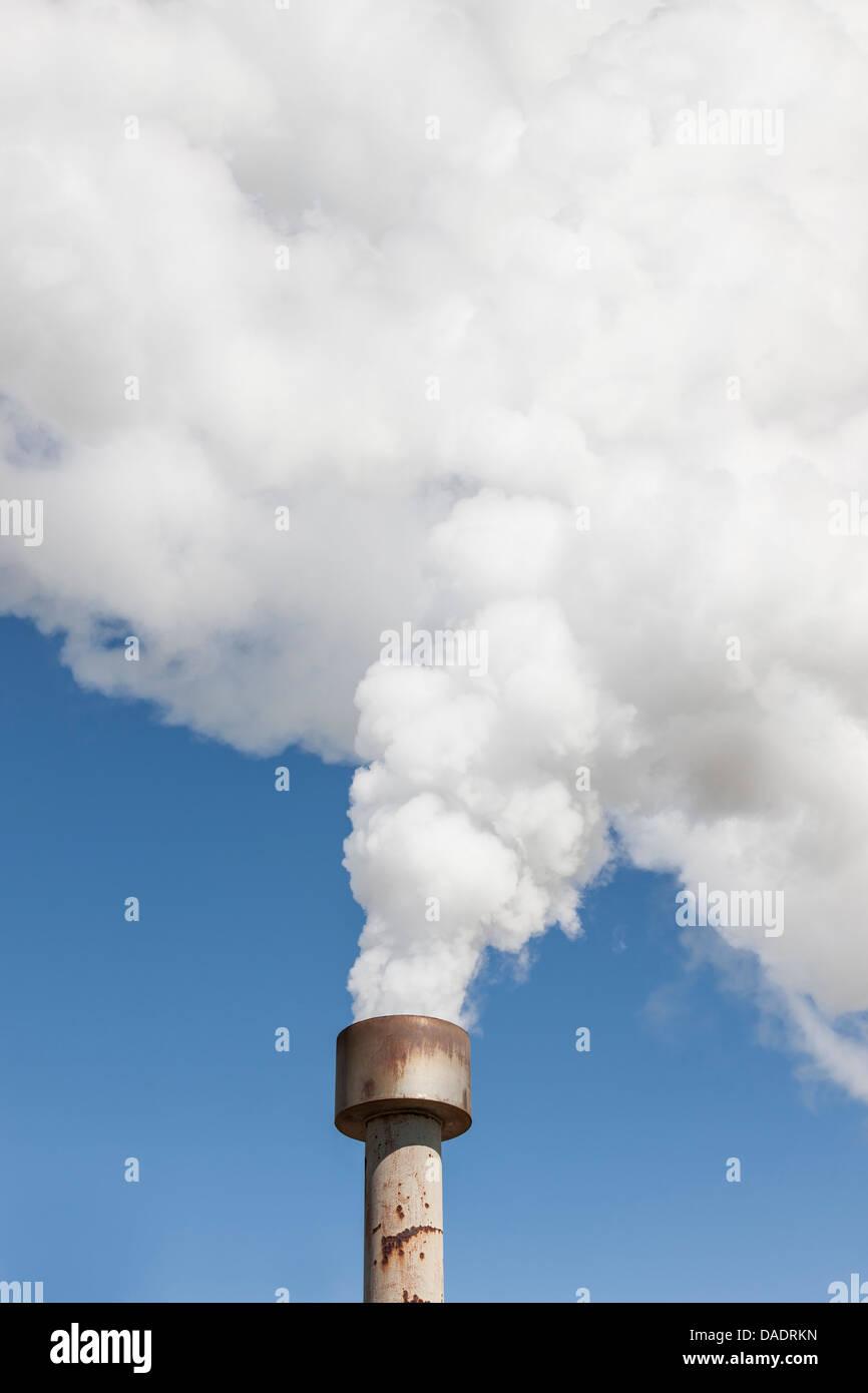 Große Menge an Rauch aus einem Rohr Stockbild