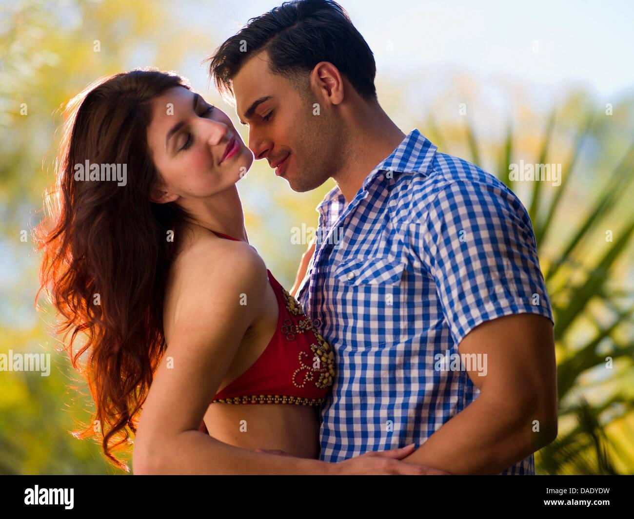 Leidenschaftliche junge Paare umarmen Stockbild