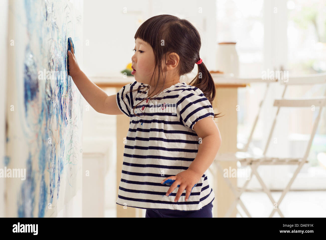 Weiblichen Kleinkind machen Handabdruck Malerei Stockbild