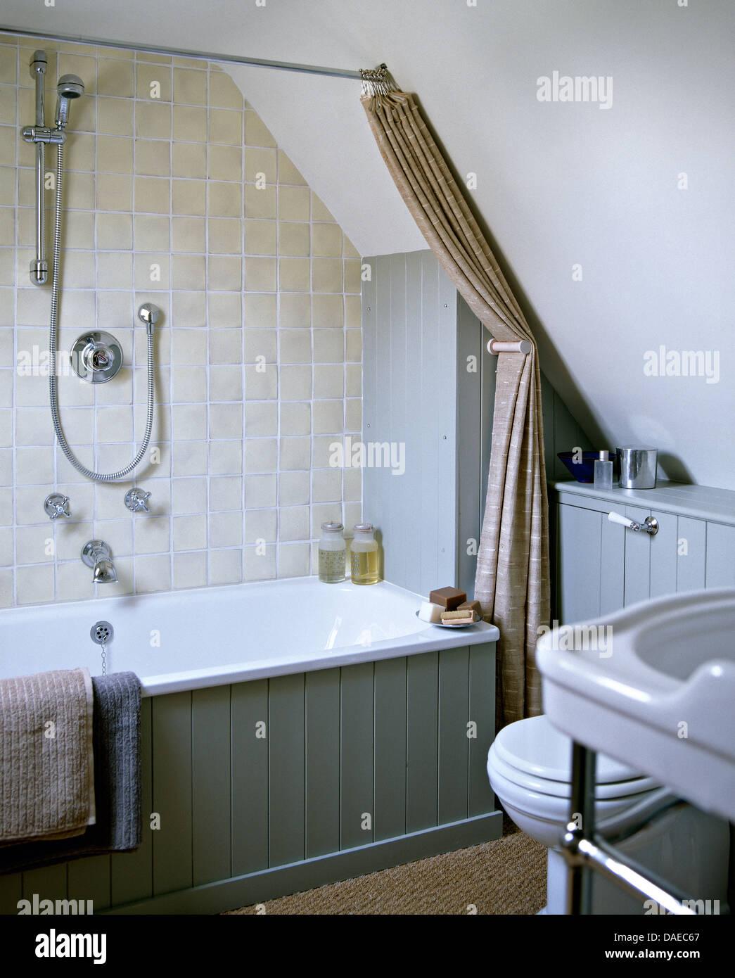 Graue rustikale Fliesen und Chrom Dusche Wand über Bad mit Zunge + ...