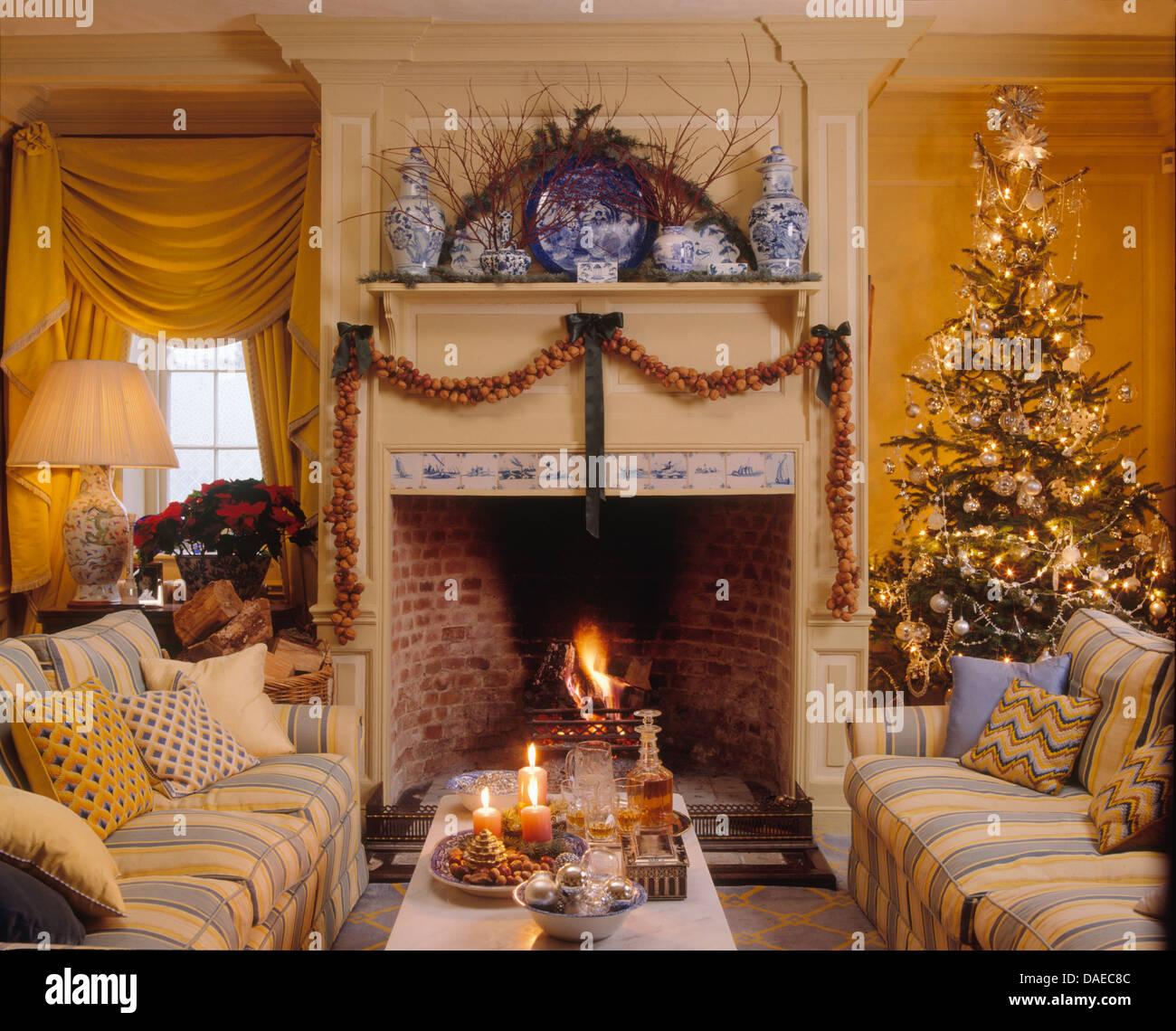 Blau gestreifte Sofas am Kamin mit Girlande in gelb Wohnzimmer ...