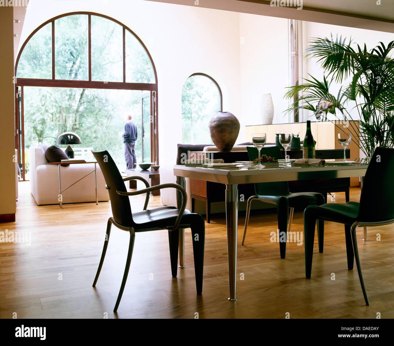 Schwarzen Stühlen an gekrönt Glas Metall Tisch in große offene Küche ...