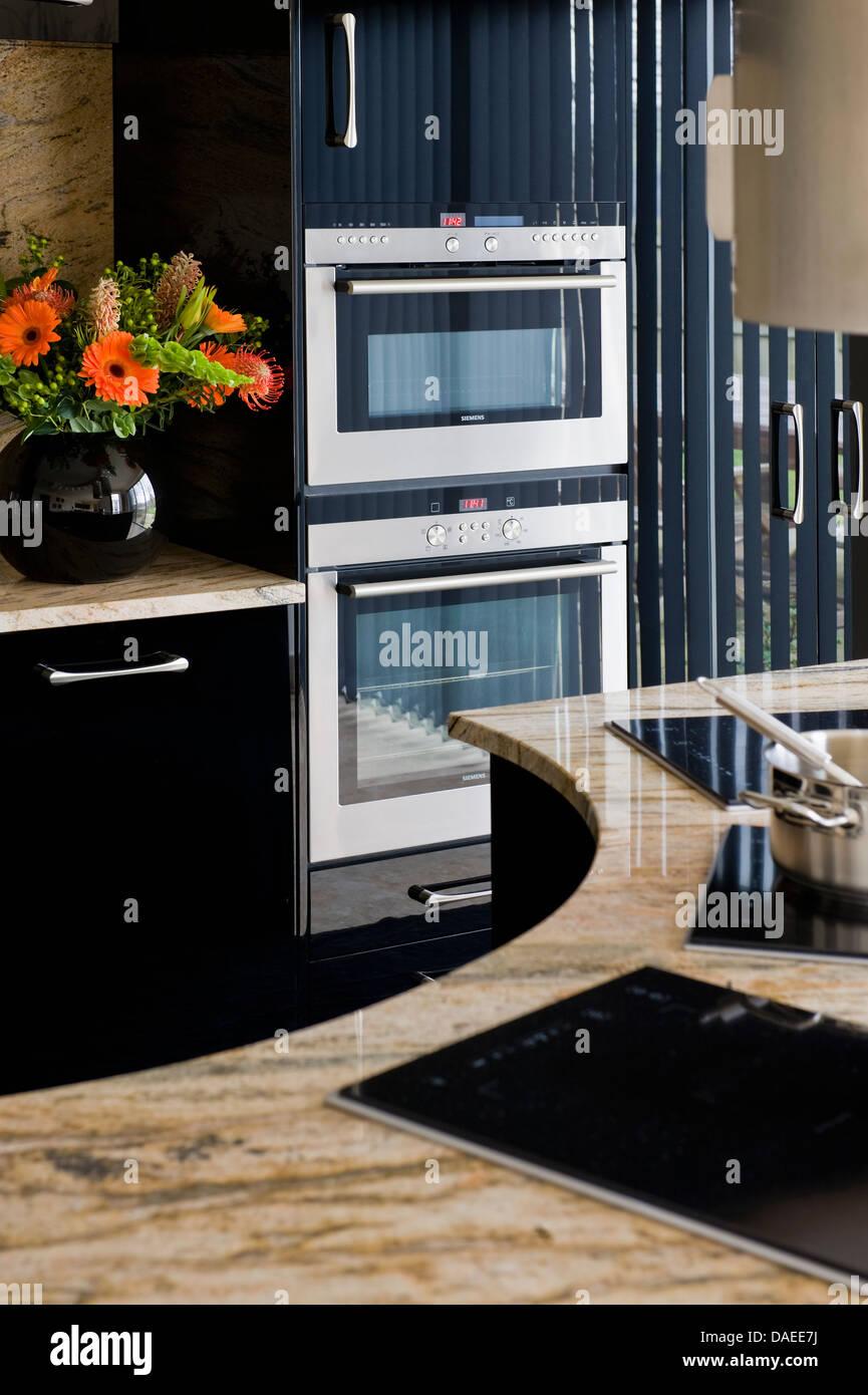 Mittelinsel Einheit in moderne Küche mit integraler Öfen in schwarz ...