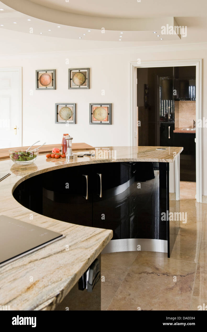 Gebogene schwarze Mittelinsel Einheit in modernen Küche Stockfoto ...