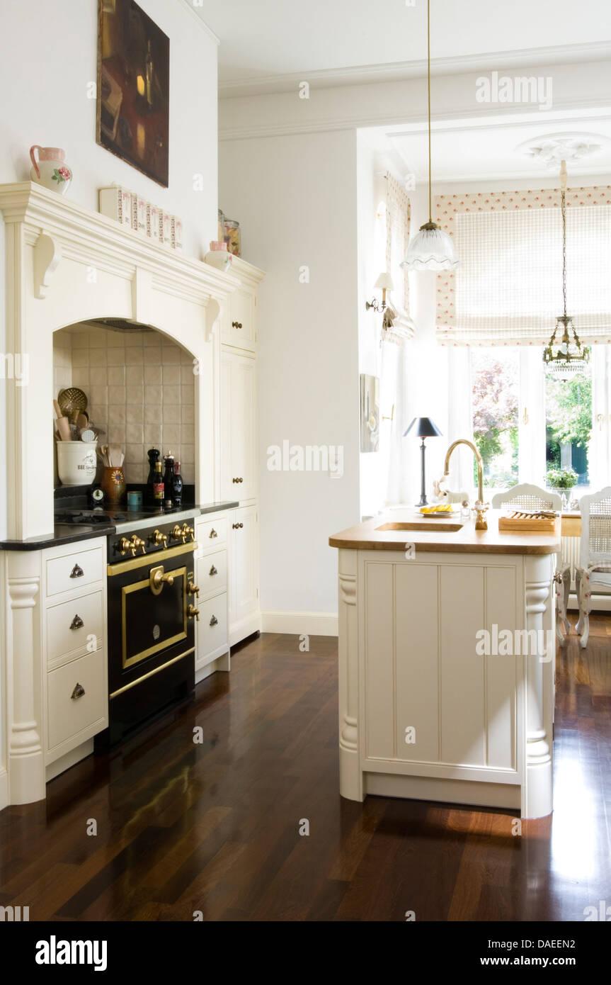 Waschbecken Sie im Insel-Einheit in moderne weiße Landhaus-Küche mit ...