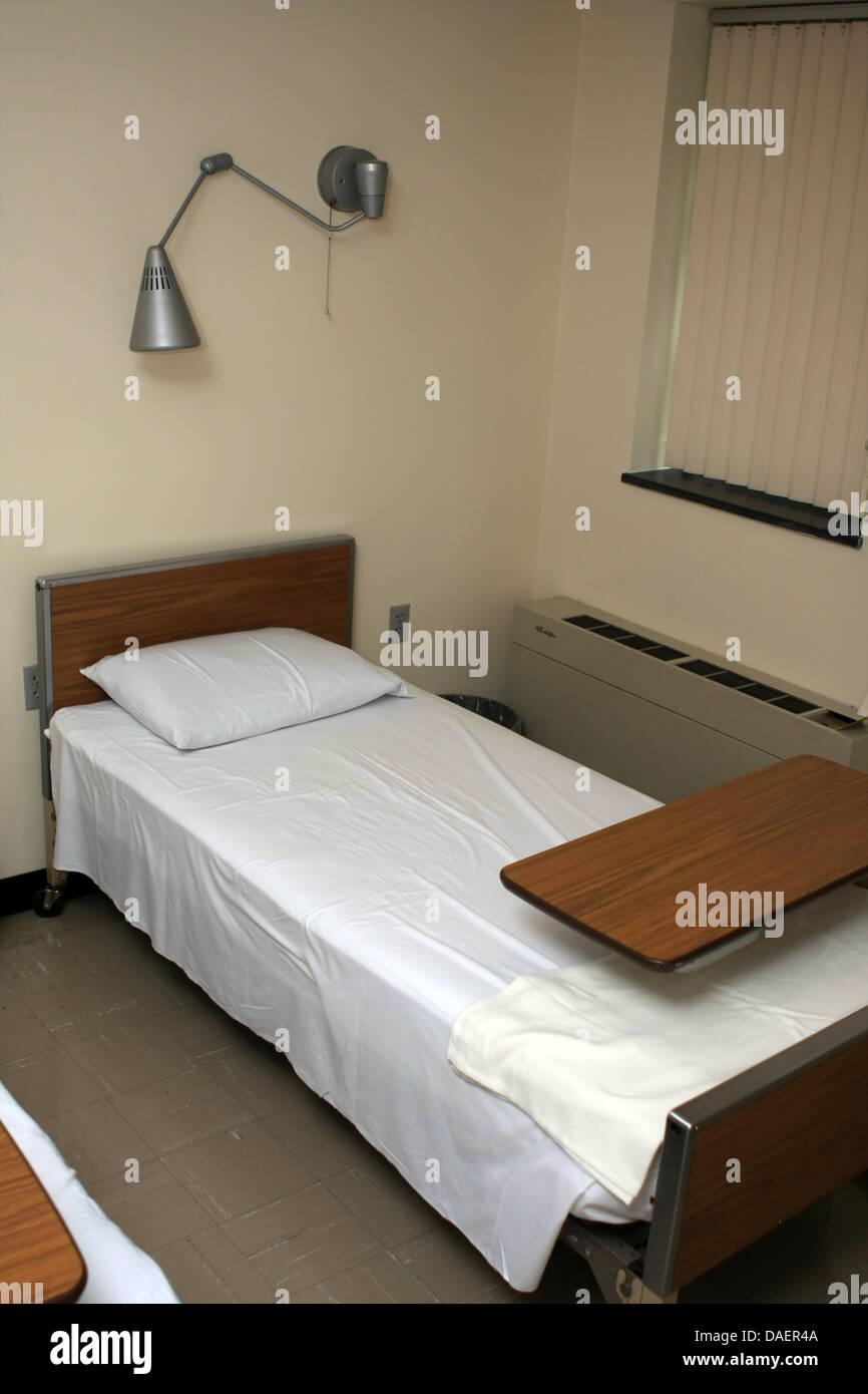 1950er jahre krankenhauszimmer mit bett lampe tisch stehen fenster elektrische wandheizung. Black Bedroom Furniture Sets. Home Design Ideas