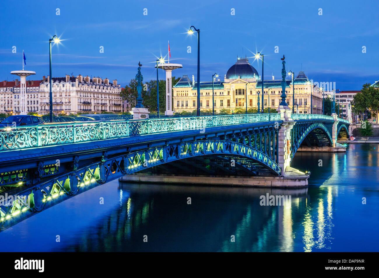 Blick auf Brücke und Universität in Lyon bei Nacht Stockbild