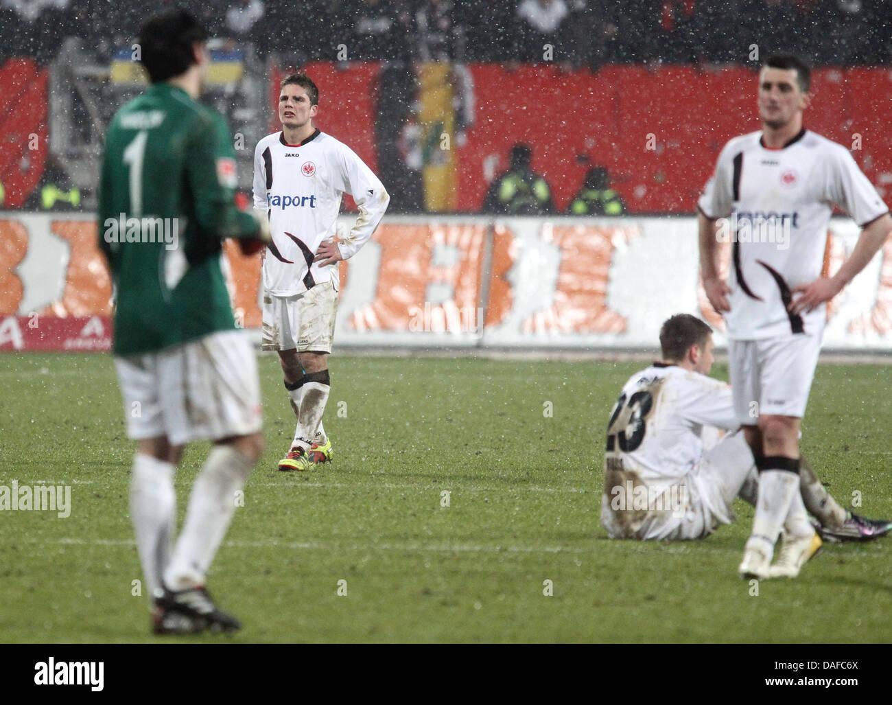 Frankfurts Spieler stehen auf dem Platz enttäuscht nach dem Schlusspfiff in der Bundesliga-Fußball-Spiel Stockbild