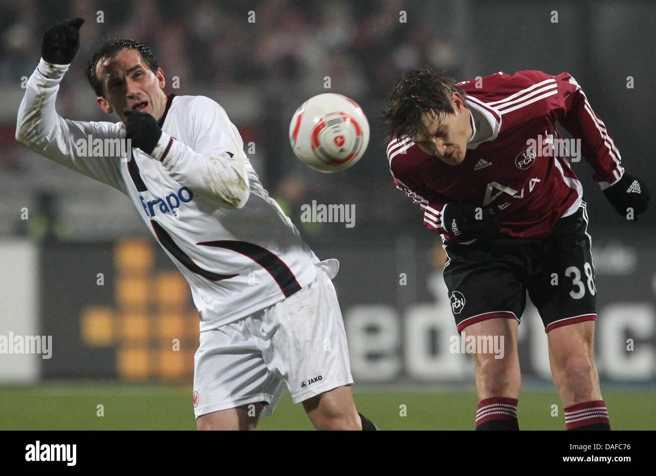 Nürnberger Philipp Wollscheid (R) und Frankfurts Theofanis Gekas Kampf um den Ball in der Bundesliga-Fußball Stockbild