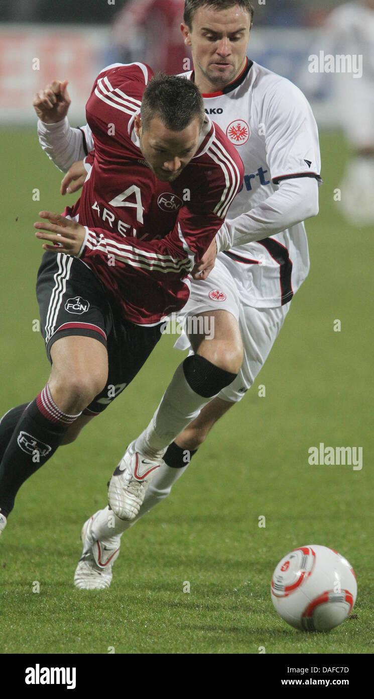 Nürnbergs Julian Schieber (L) und Frankfurts Marco Russ Kampf um den Ball in der Bundesliga-Fußball-match Stockbild