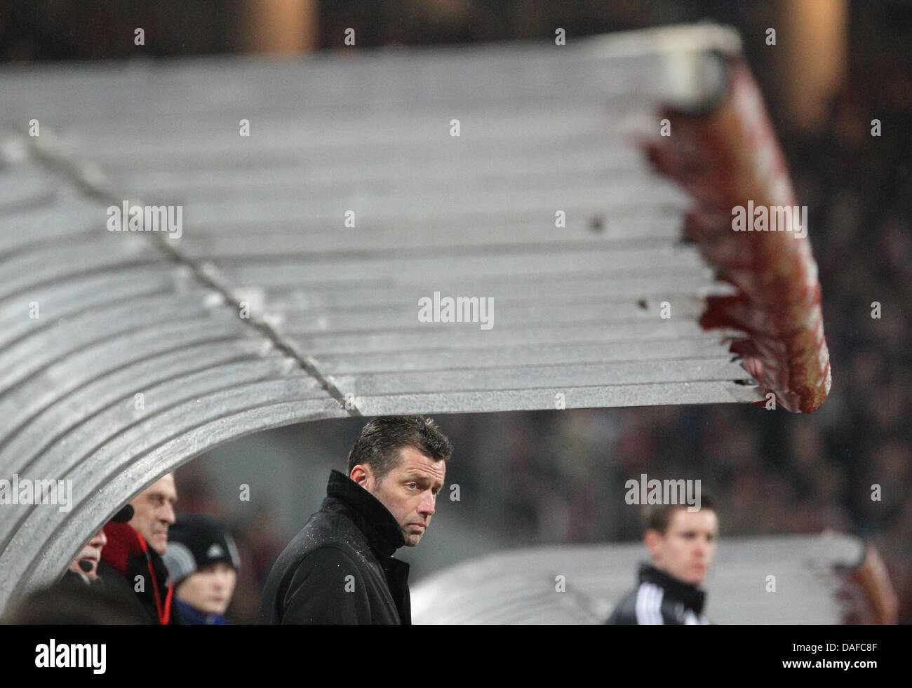 Frankfurts Trainer Michael Skibbe überwacht die Aktion auf dem Spielfeld während der Bundesliga-Fußballspiel Stockbild