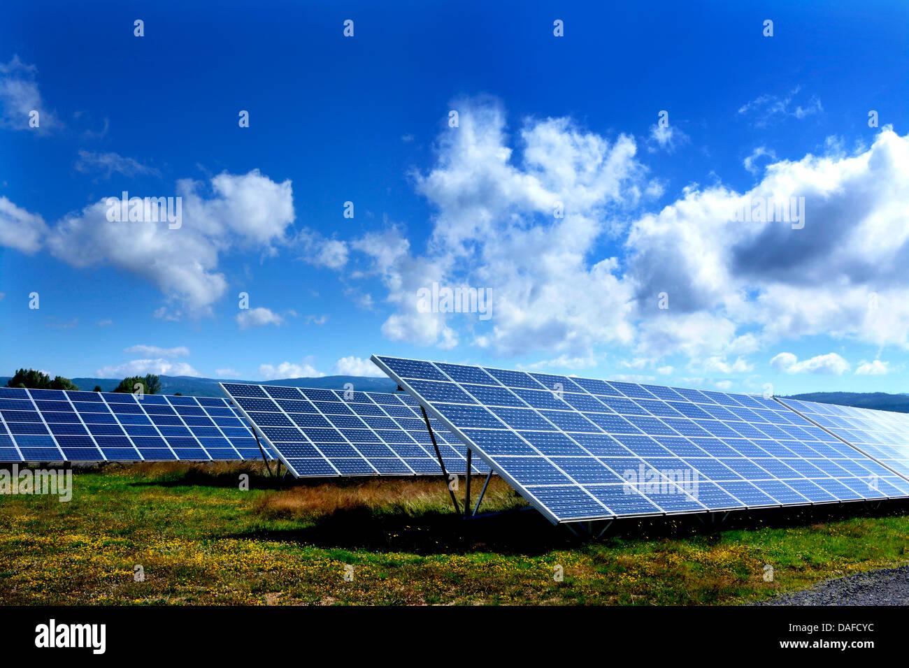 Solarmodule zur Erzeugung erneuerbarer Energie in eine große Reihe an einem Solarpark. Der Auvergne. Frankreich Stockbild