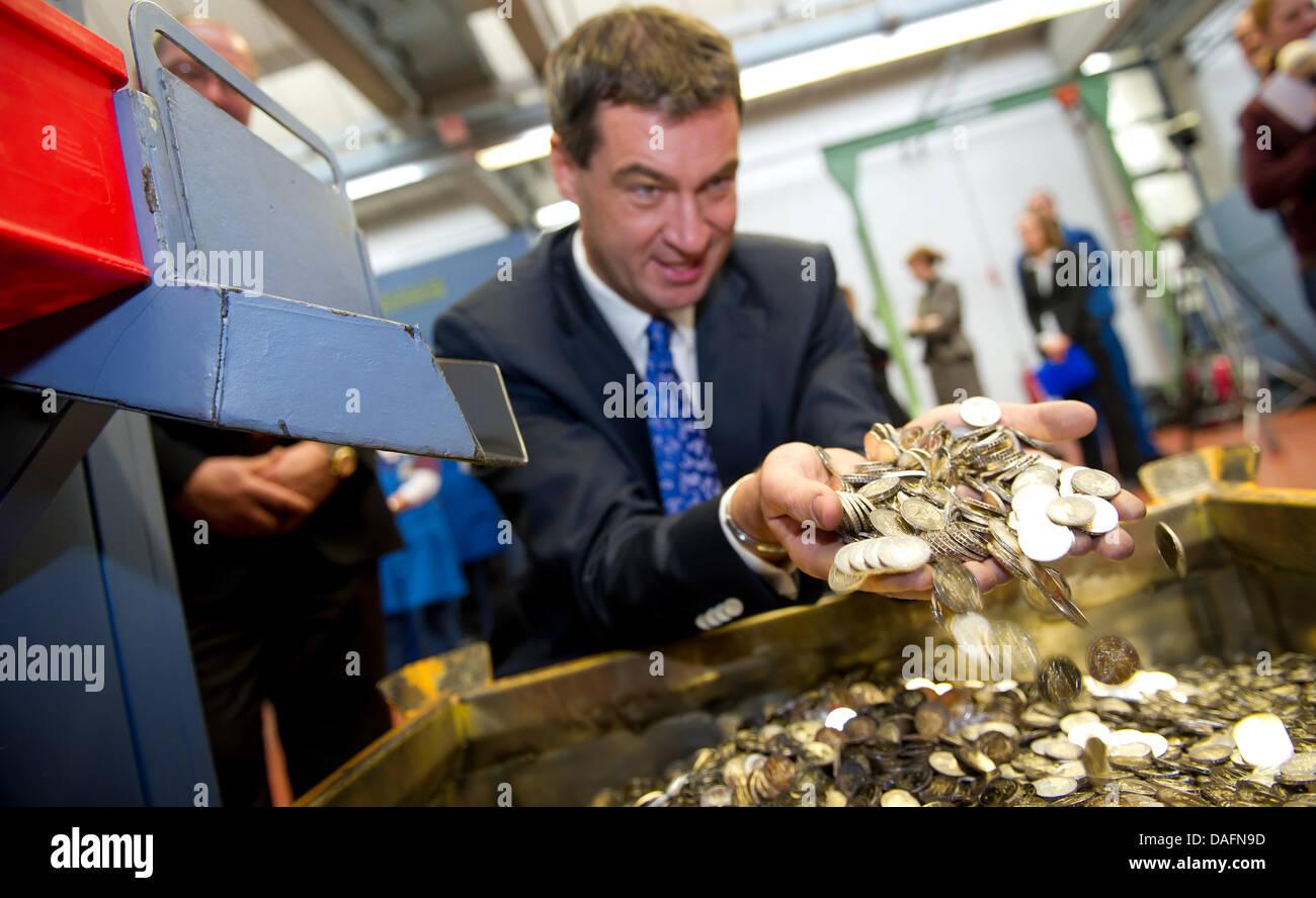 Der Bayerische Finanzminister Markus Soeder Kramt In Einer Box Der