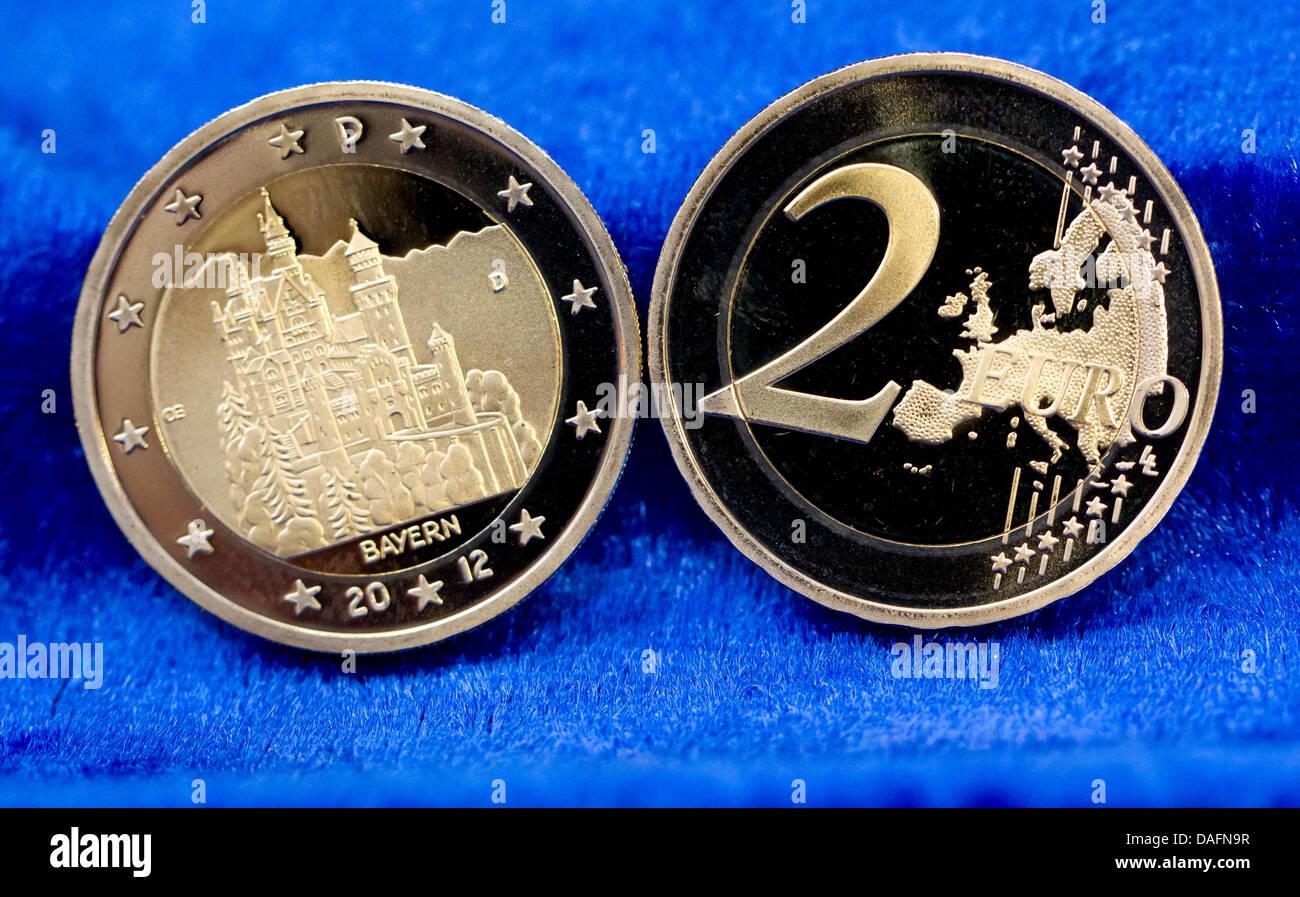 2 Euro Gedenkmünzen Neuschwanstein Liegen Auf Einem Tisch Bei Der