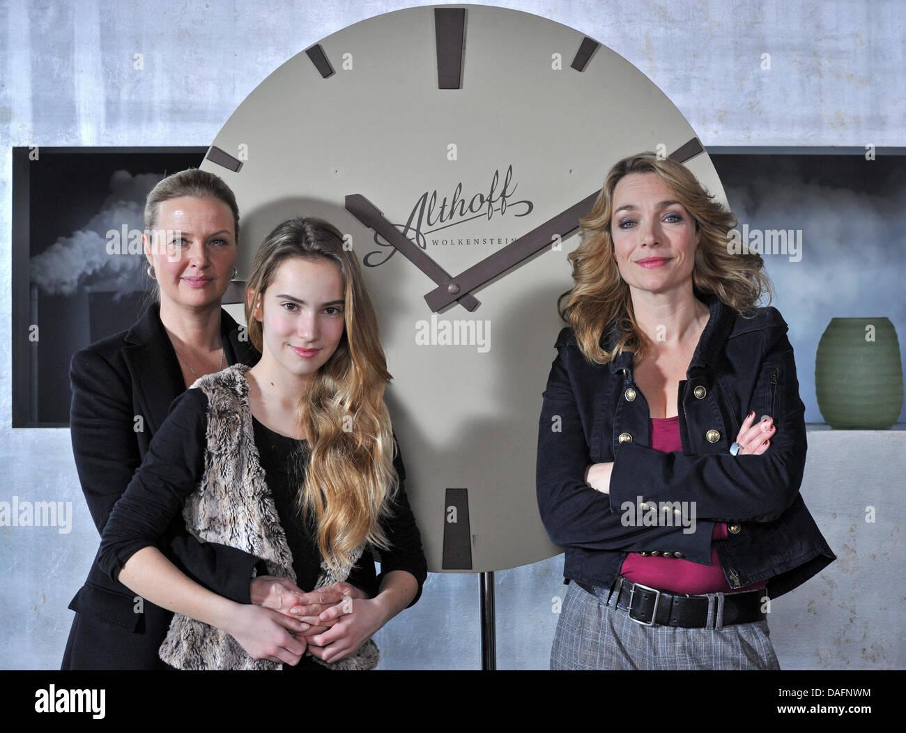 Deutsche Schauspielerinnen Katharina Böhm (L-R), Tara Fischer und Aglaia Szyszkowitz posieren am Set des neuen TV Stockfoto