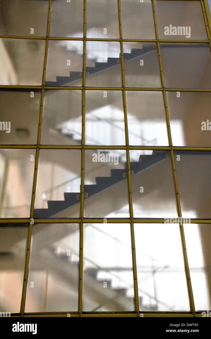 Treppen architektur detail  Treppe hinter einer Glaswand. Moderne Architektur Detail Stockfoto ...