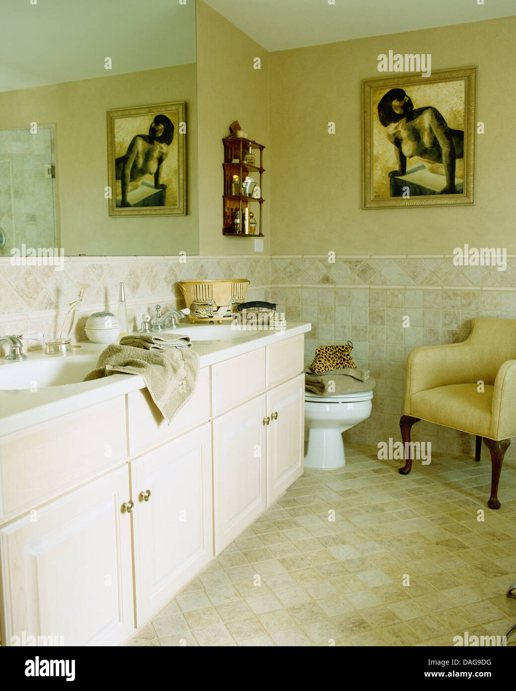 Doppel-Waschbecken legen Sie im Schrank fest im Badezimmer mit ...
