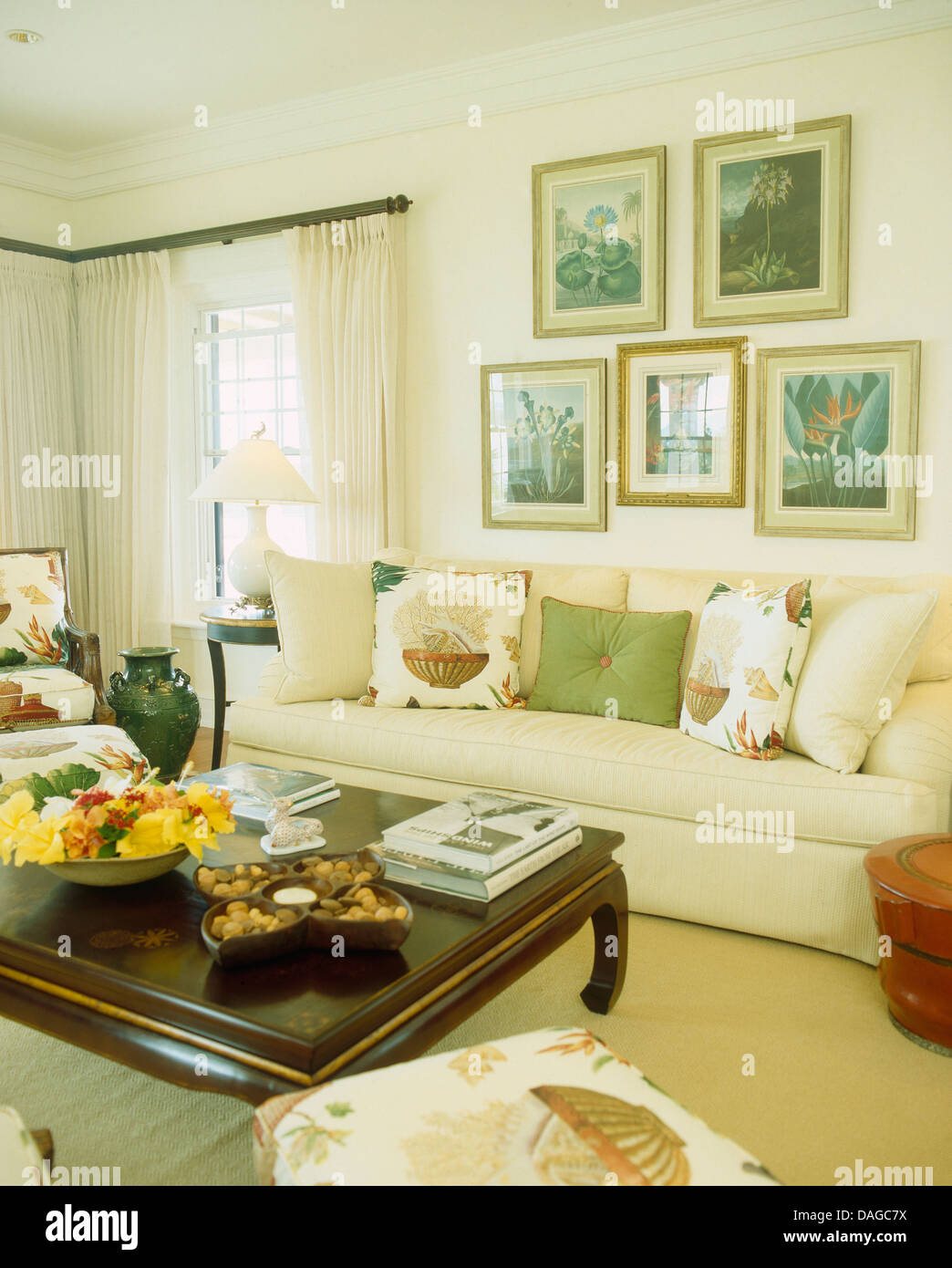 Dunkles Holz Couchtisch In Bermuda Wohnzimmer Mit Gruppe Von Bildern über  Sahne Sofa Mit Kissen Gestapelt