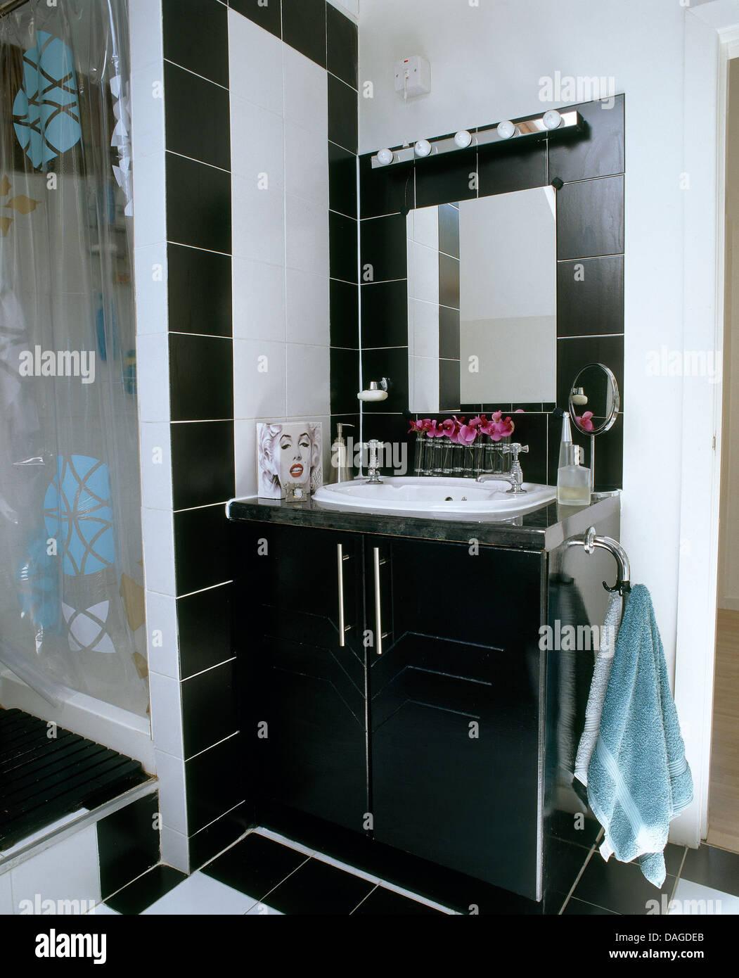 Schwarze Fliesen Spiegel über dem Waschbecken in der ...