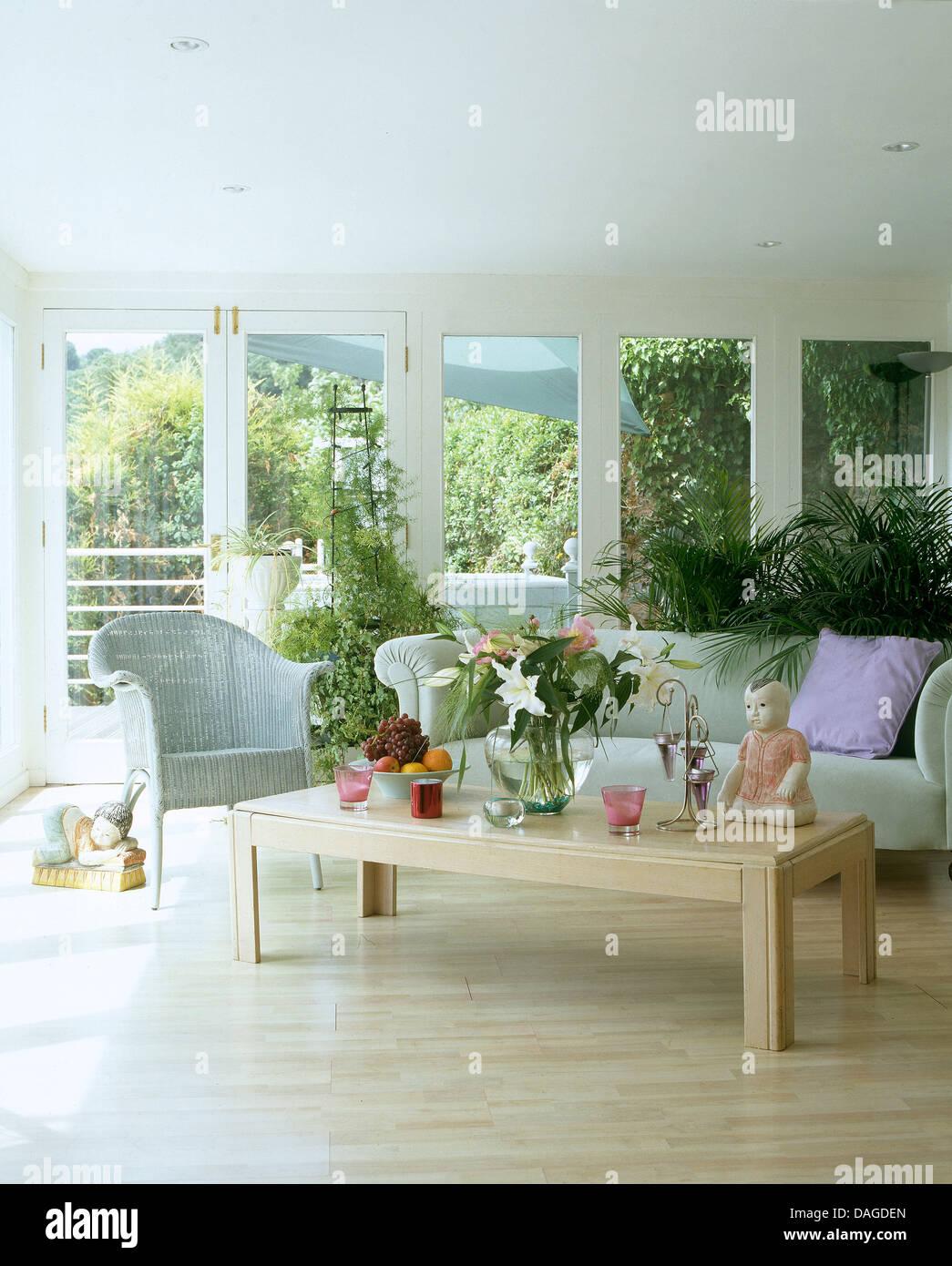 Holzboden Und Blass Blauen Sofa Lloyd Loom Stuhl In Verlngerung Der Hellen Luftigen Wohnzimmer Mit Grossen Fenstern