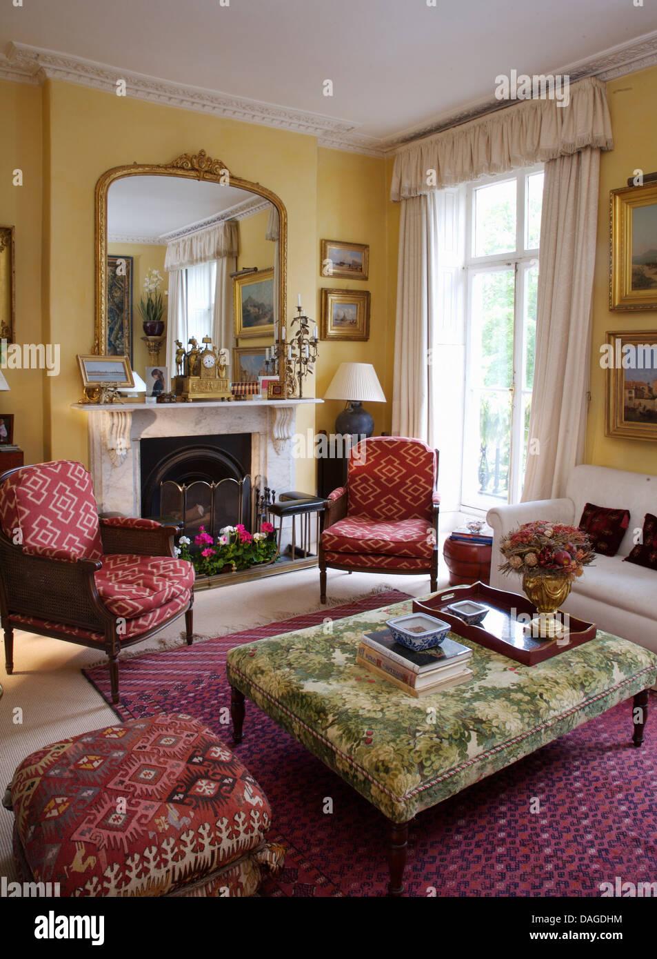 Gepolsterte Stühle mit Grün gepolsterten osmanischen und roten ...