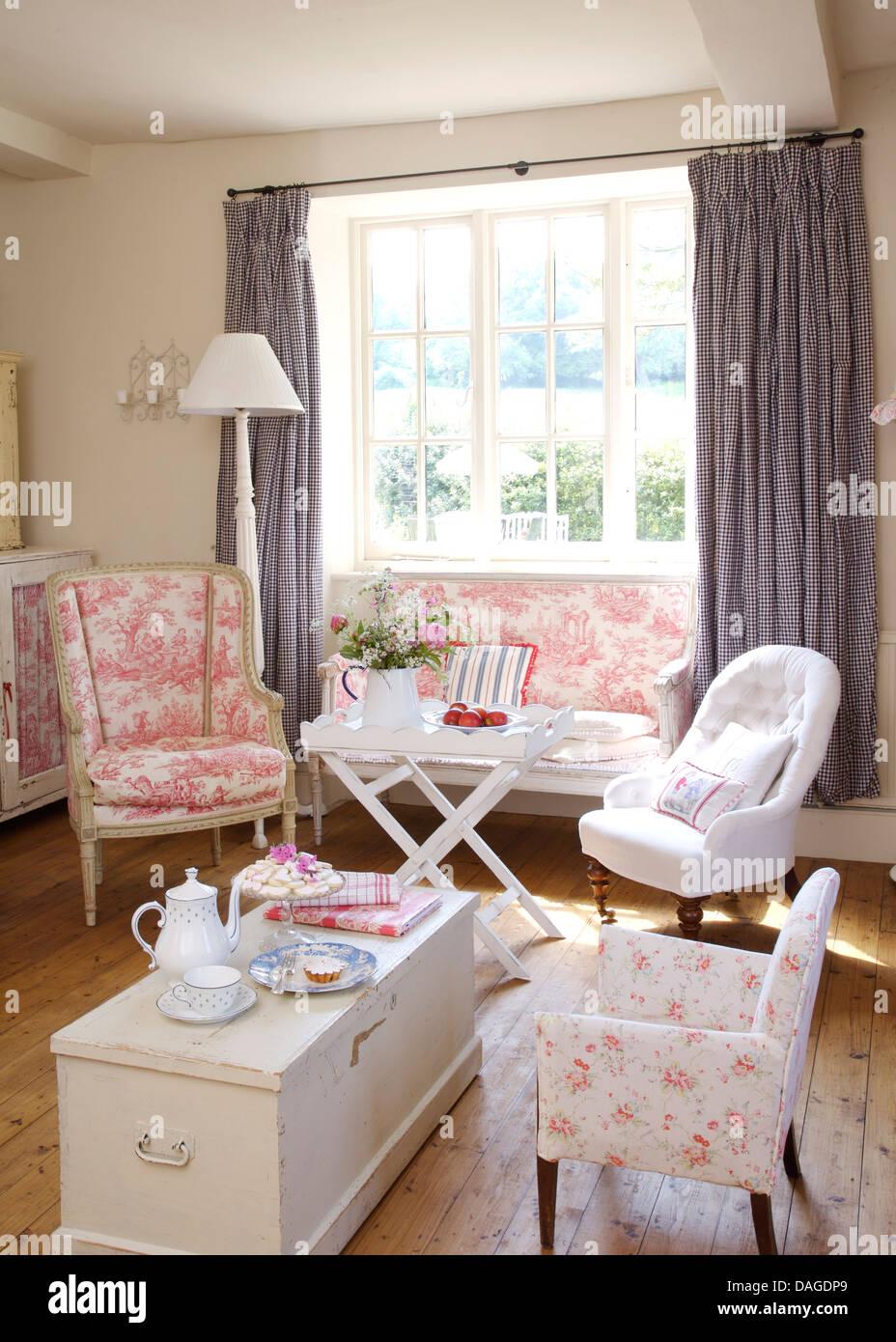 Rosa Toile De Joule Stuhl Und Kleines Sofa Im Ferienhaus Wohnzimmer Mit  Weißen Sessel Und Weiß Bemalt Brust