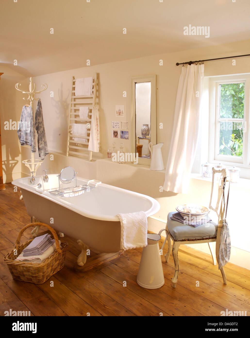 handtücher in großer korb neben roll top bad im land badezimmer mit
